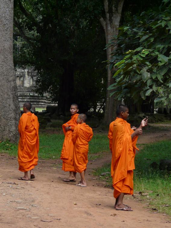 Stefan Kelter beobachtete Mönche in den Tempelanlagen von Angkor, Kambodscha: »Die vor allem aus armen Familien stammenden  jungen Männer bekommen hier kostenlose Bildung.«
