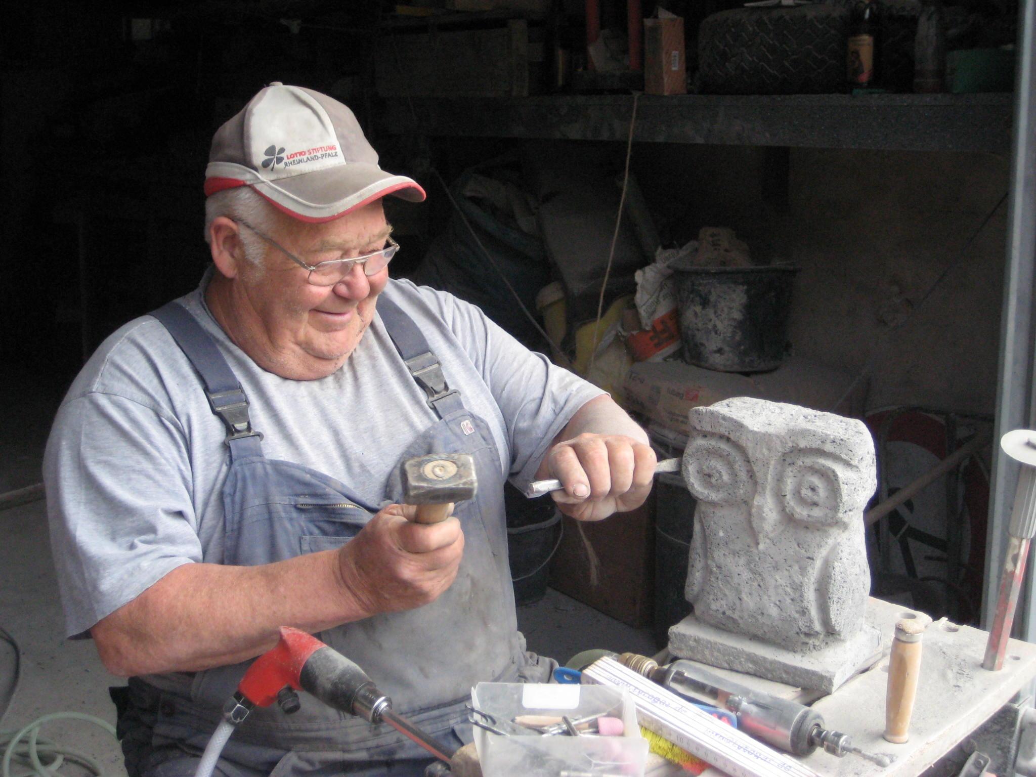 Mario Kuchinke-Hofer war in Hatzenport an der Mosel: »Die Werkstatt mit dem freundlichen Steinmetz liegt direkt an der Moselstraße, genau auf der Hälfte zwischen Koblenz und Cochem.«