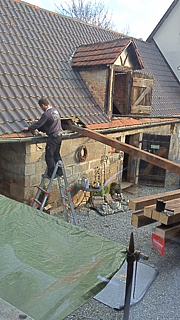Unser Held zieht neue Dachbalken ein