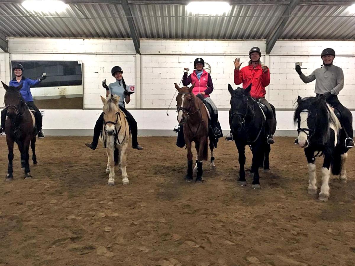 Funktioniert auch auf dem Pferd: Die Reitschüler aus Steffis Stunde donnerstags abends machen ebenfalls bei unserer Aktion mit. Danke!