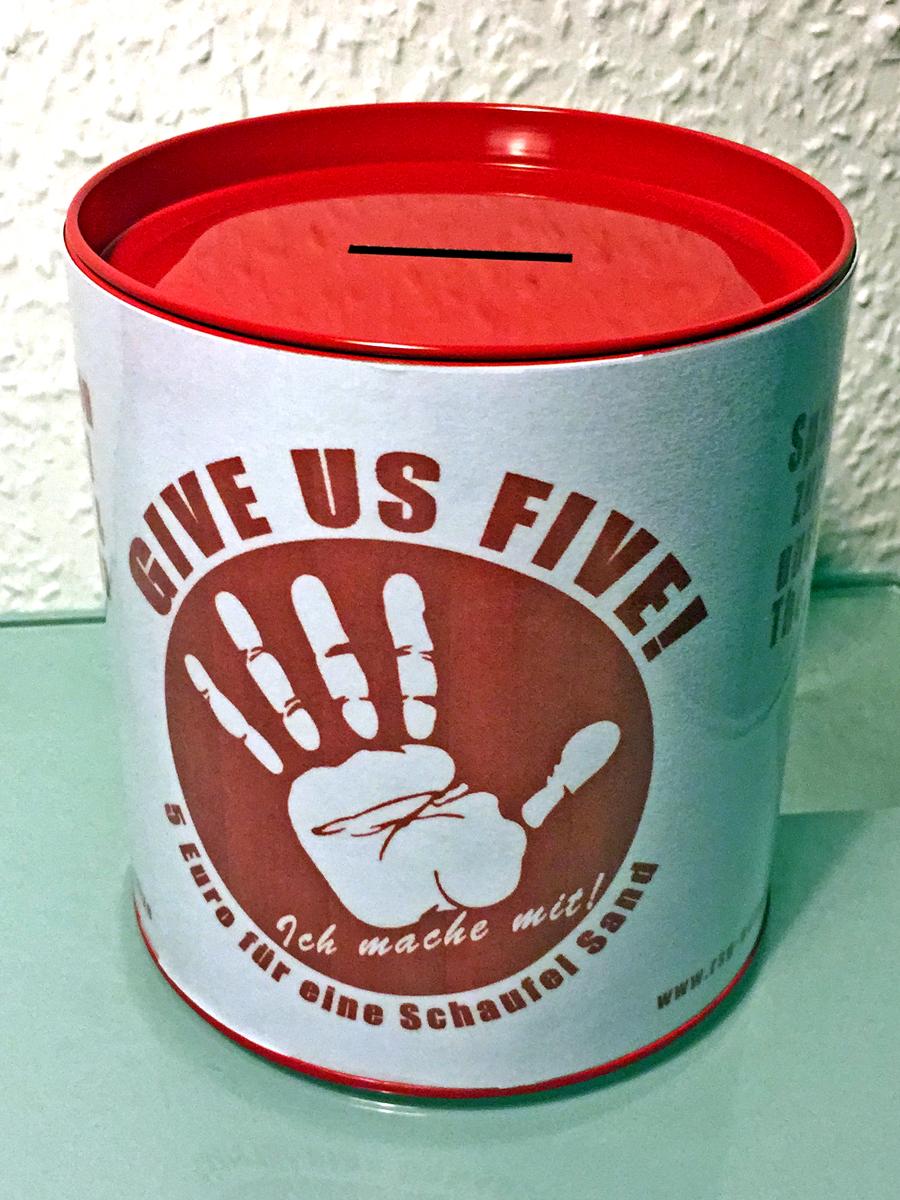 Die extra für die Aktion gebastelte Spendendose - bei unseren Übungsleitern könnt ihr dort direkt eure Spenden einwerfen.