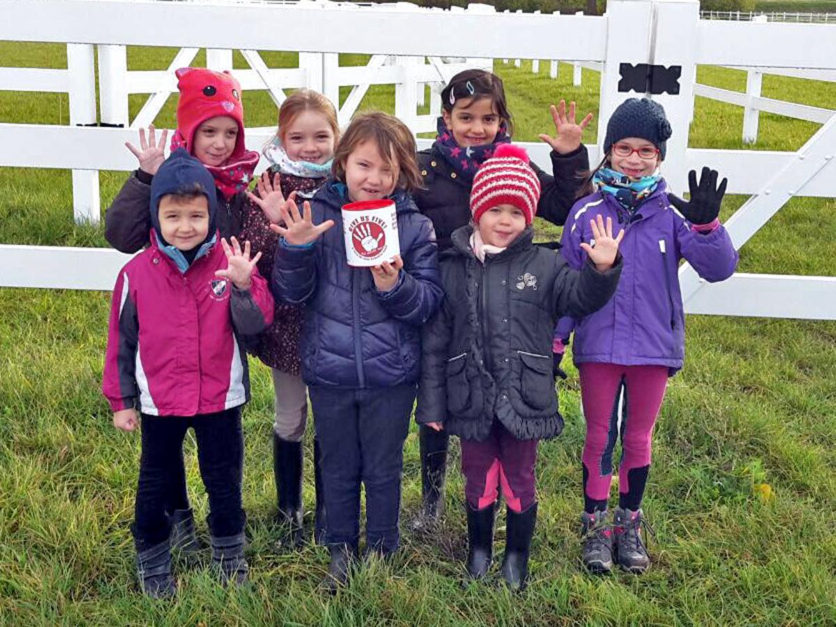 """Unsere Jüngsten aus dem Bambini-Club (ab 3 Jahren) machen auch mit: Für unsere Spenden-Aktion geben sie """"Fünf""""."""