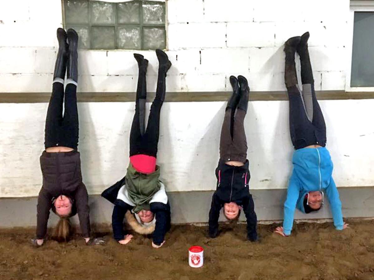 Die Mädels aus Martinas Gruppenstunde mittwochs nachmittags sind ebenfalls dabei - und stehen fürs Foto sogar Kopf.