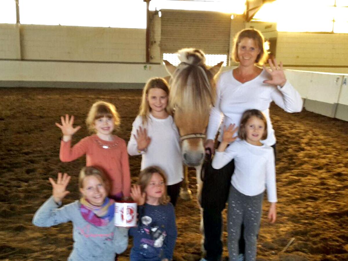 """Die ersten Kinder vom Volti-Nachwuchs sind auch dabei: Einige Teilnehmer der Gummibärenbande """"geben fünf""""."""