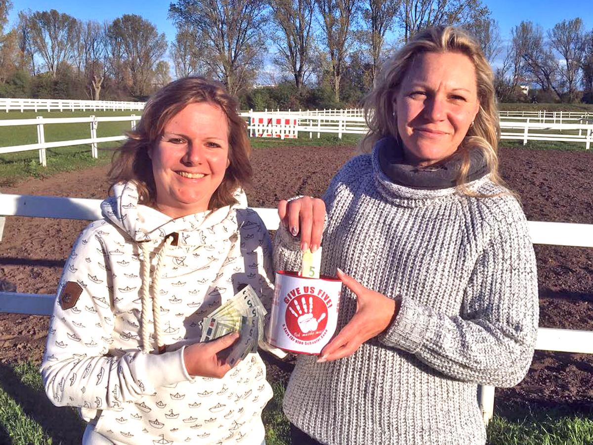 Unser Vorstand ist natürlich auch dabei - die Vorsitzende Katrin Förster (links) und die stellvertretende Vorsitzende Daniela Herrmann präsentieren die Spendendose.