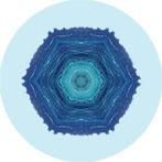 Mandala aus dem Meer in Kroatien mit hellblauen Hintergrund, Meermandala