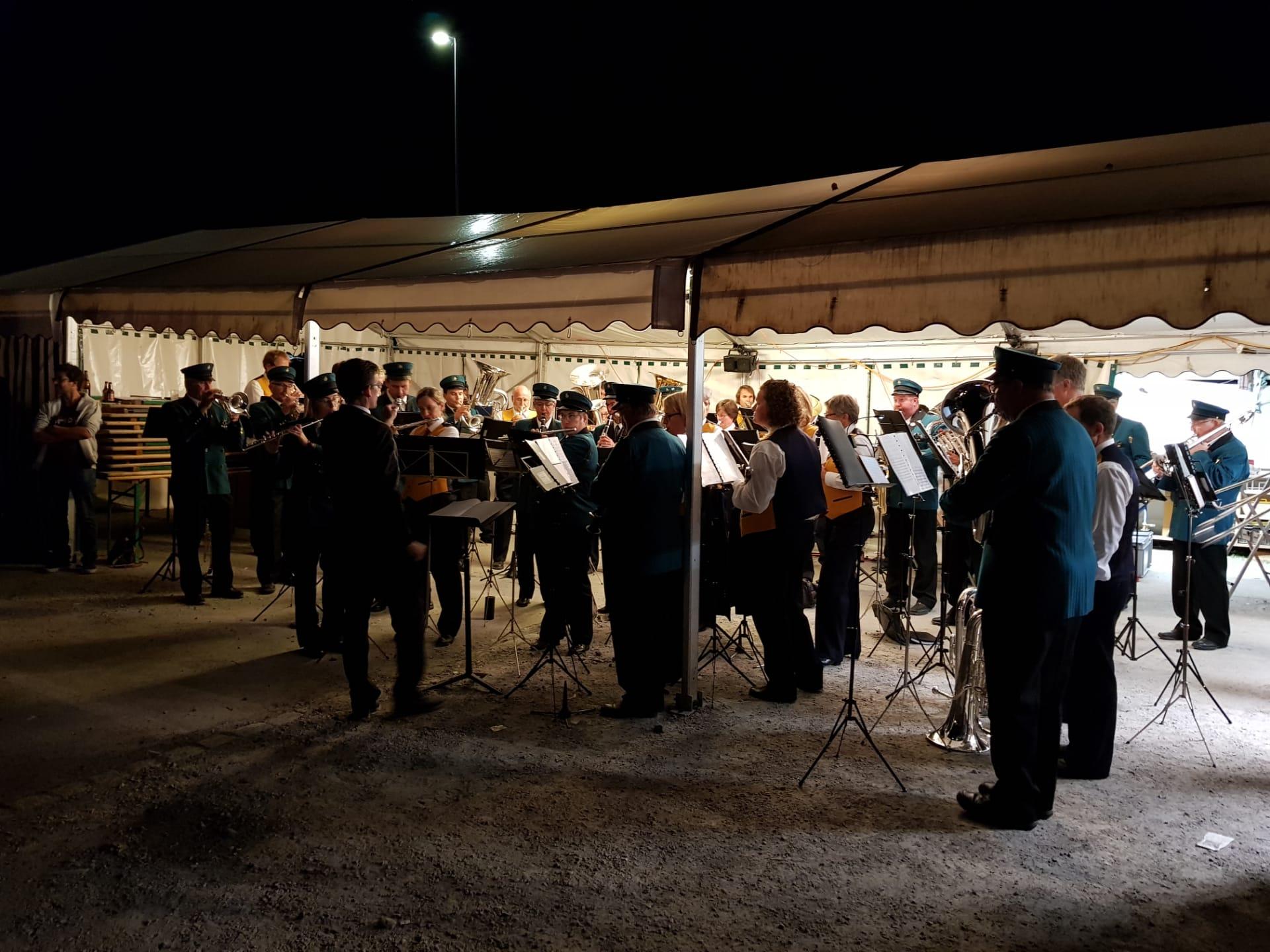 Die HM Elm und die MGH Engi beim gemeinsamen Musizieren am Empfang der JM Schwanden