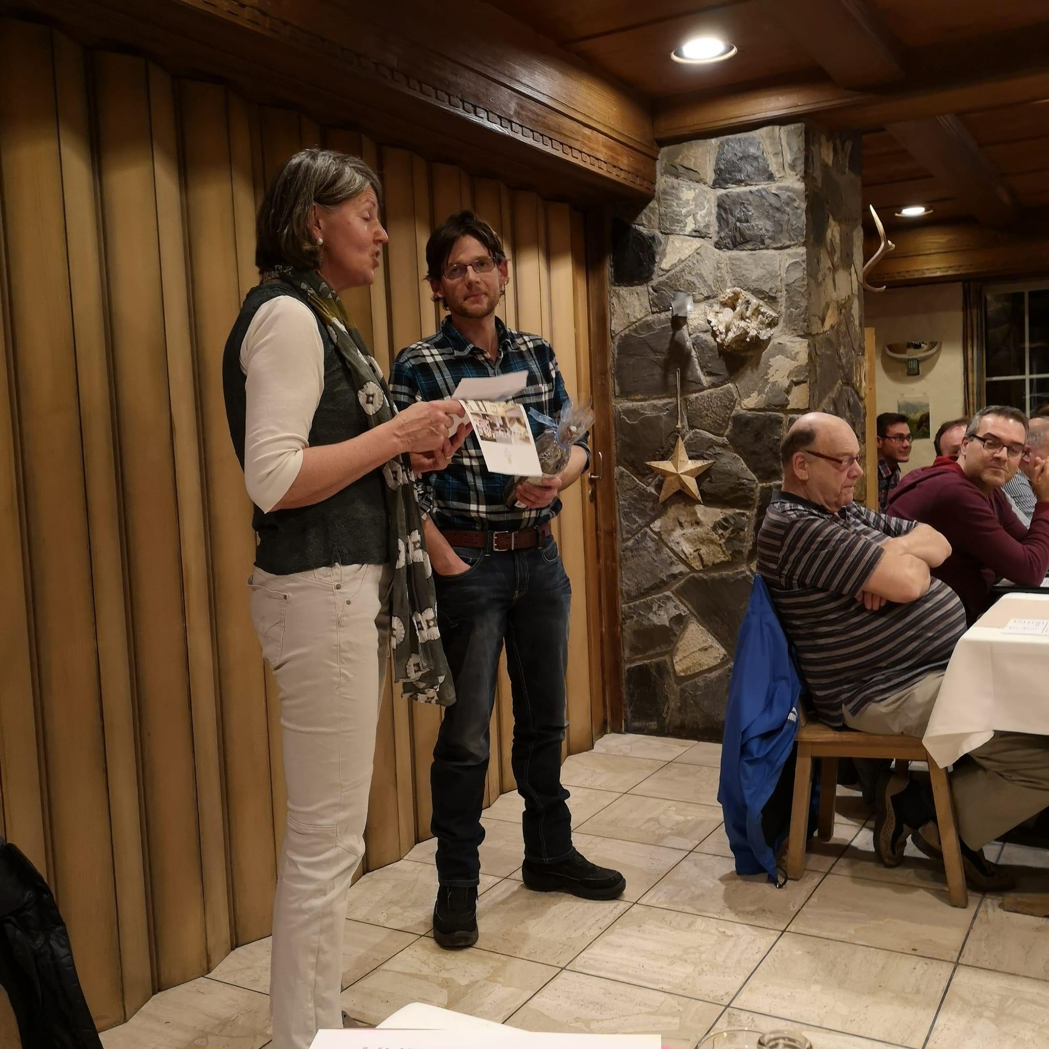 Unsere zurücktretende Präsidentin Barbara übergibt dem zurücktretenden Dirigenten Ruedi ein Geschenk