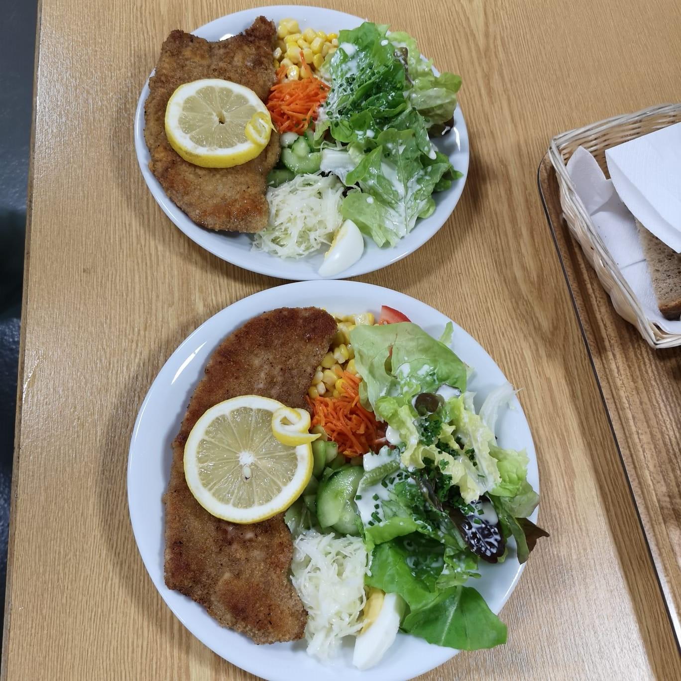 Unsere Schnitzel, welche mit Salat oder Pommes Frites serviert wurden
