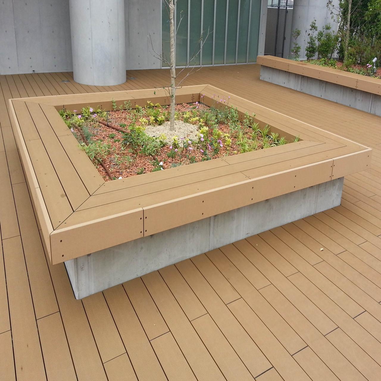 植栽廻りベンチとデッキ(アースデッキEX) 床とベンチを同材にして空間の一体感を醸し出しています