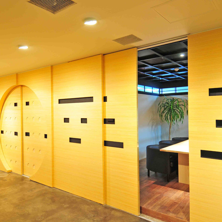 Sansan株式会社(東京) 壁・扉(アンフレール) 曲面にもきれいに仕上がる天然木突板です