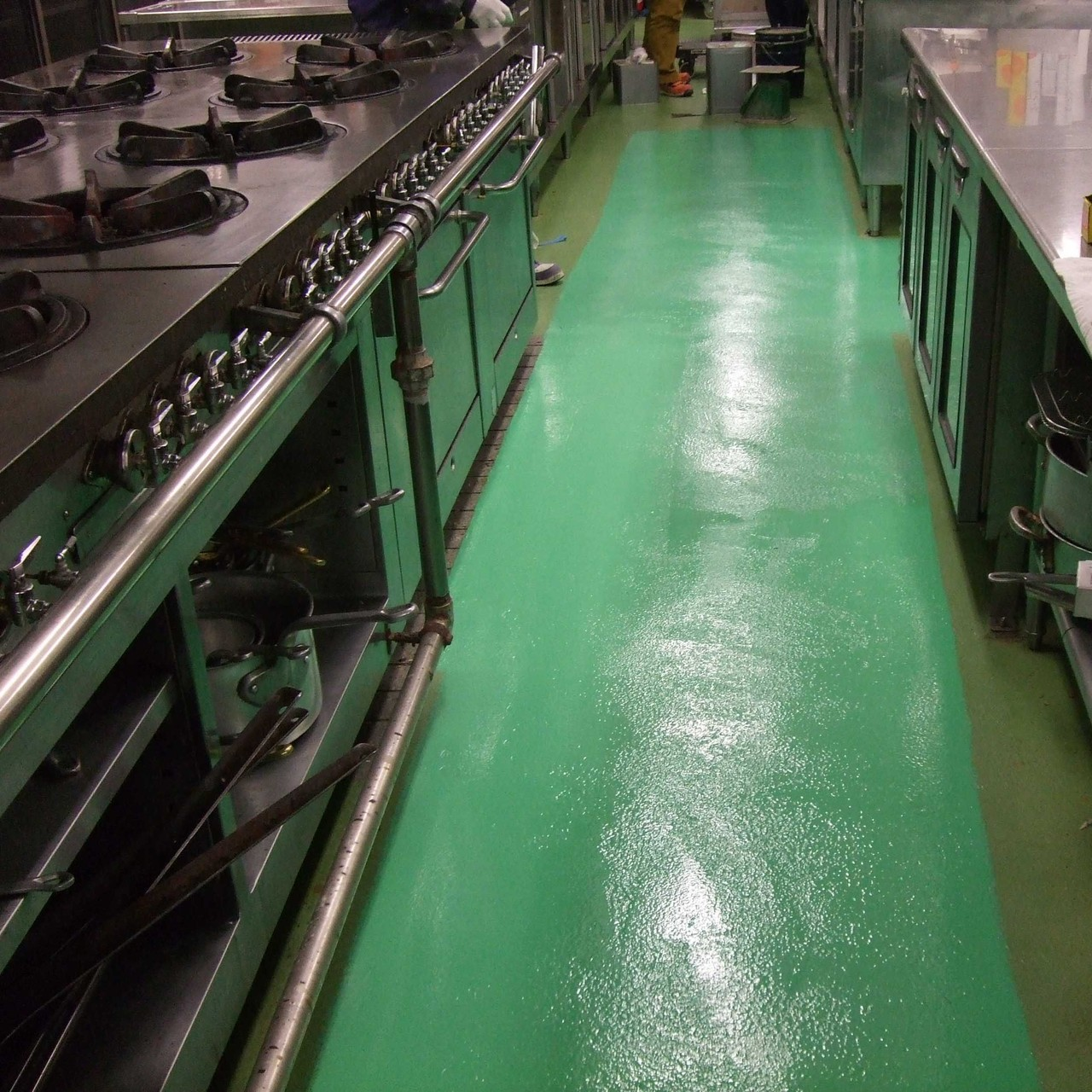 某厨房床改修(ケミクリートMS・L)施工時間が短く無臭で抗菌性に優れています。ホテルなどの厨房床に最適です
