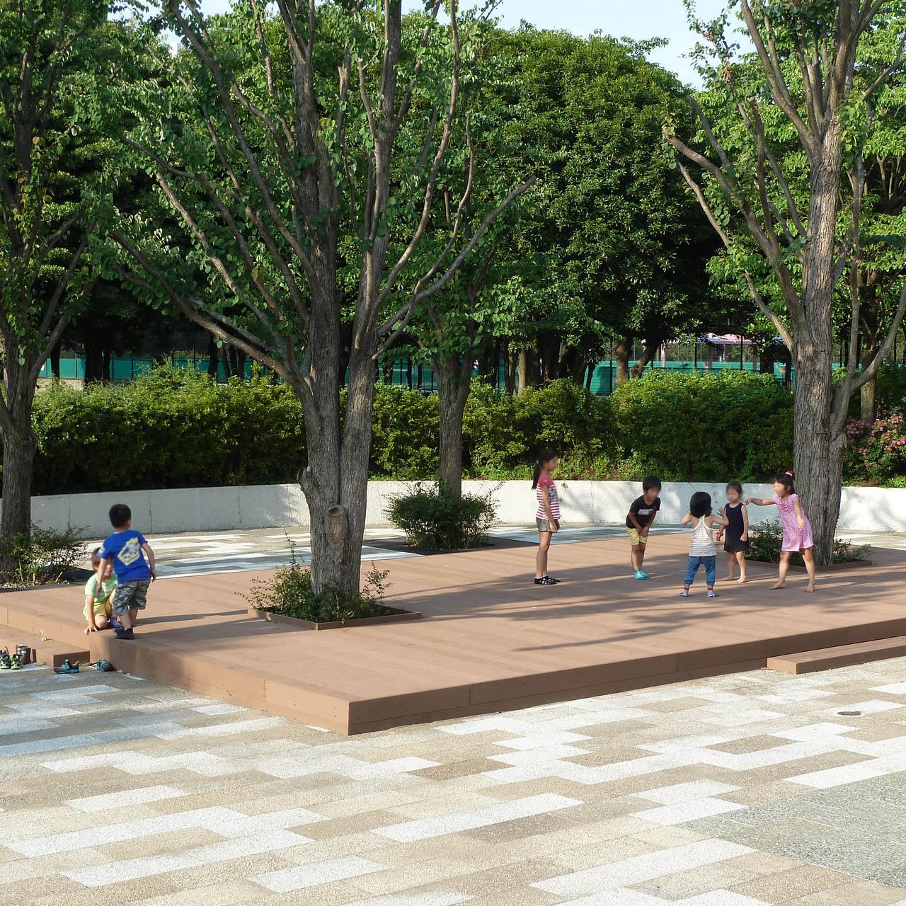 某公園内ステージ(人工木デッキ) 子供たちのお気に入りの場所になりました