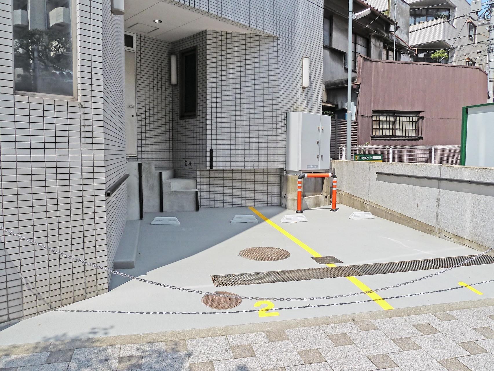 オフィスビル駐車場(改修後)  床材:スーパーガード(無機系速硬防滑薄塗型床材)