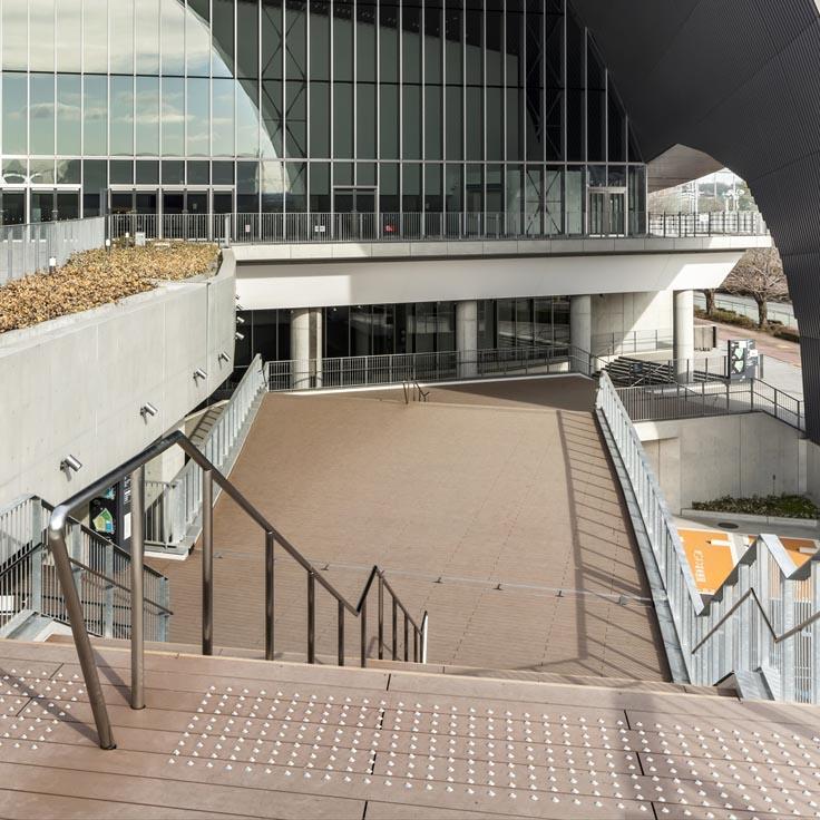 武蔵野の森総合スポーツプラザ (アースデッキEX) デッキ材:ダーク(フラット)、階段蹴込:アンバー(フラット)