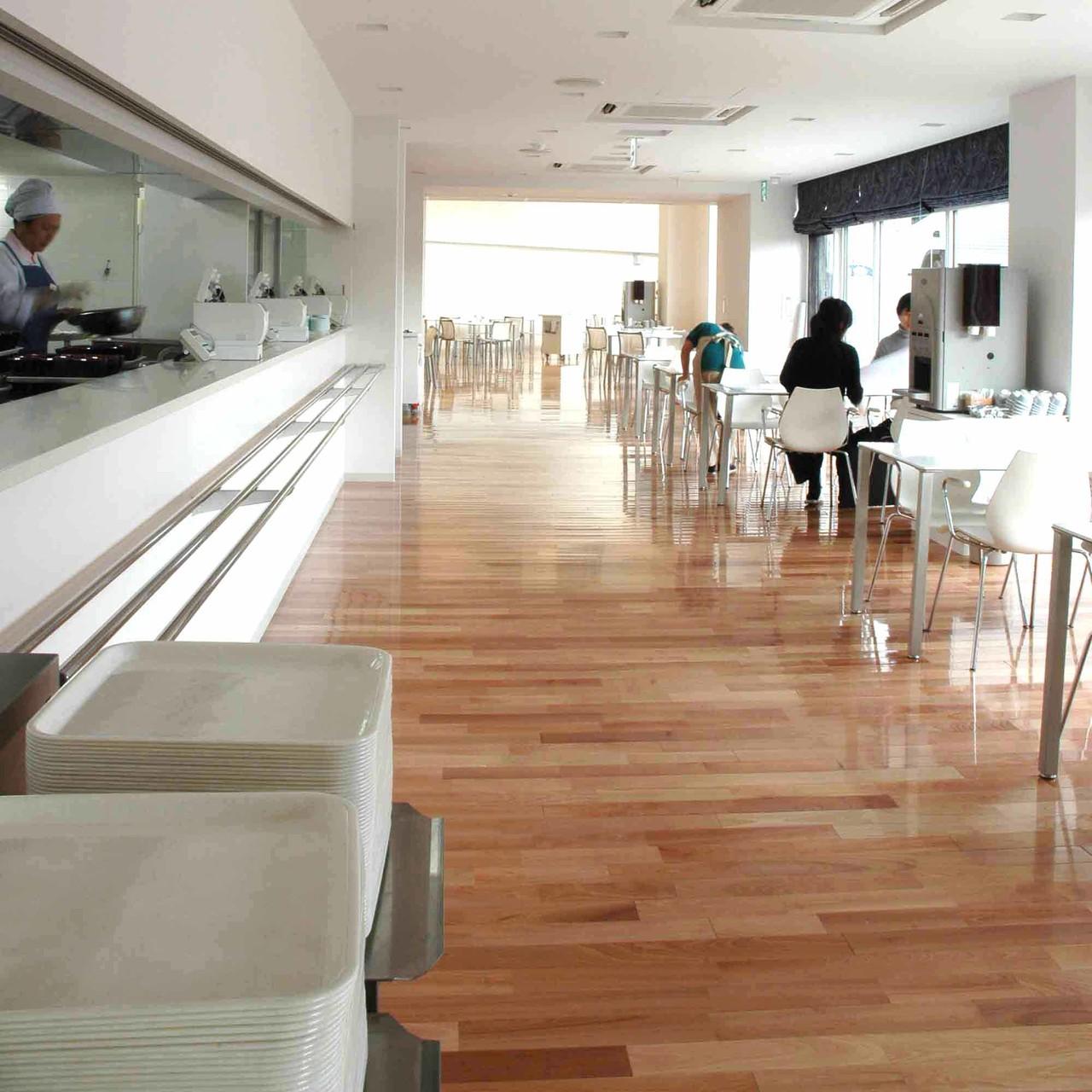 社員食堂 床(フローリング) フローリングにサクラ材を使用することで、やわらかく温かい空間になり癒しの空間に最適です