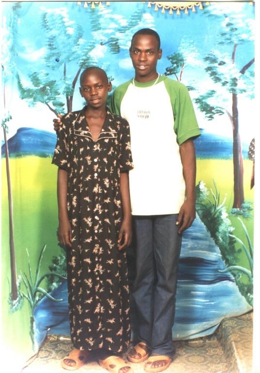 Paki en zus Ayaat zijn terug gegaan naar Sudan met eindrapporten aan Senior 2 en Primary 5