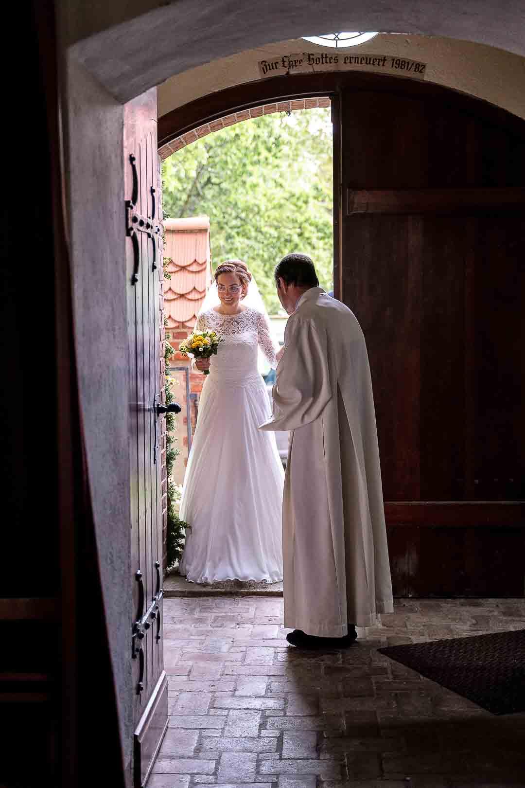 Braut betritt die Kirche