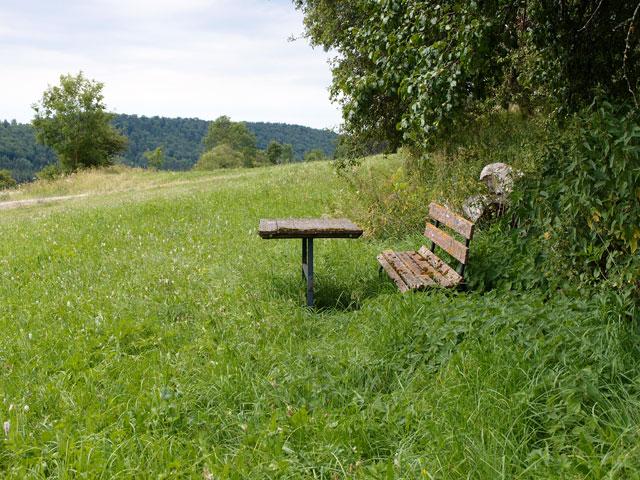 Alte Holzbank mit Tisch auf einer Wiese bei Sonnenbühl auf der Schwäbischen Alb