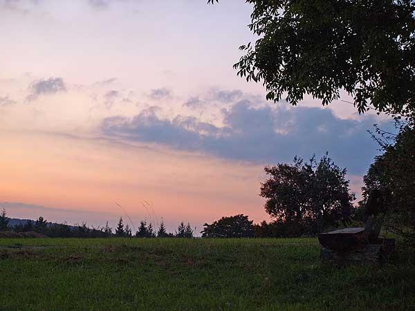 versteckte bank bei st.johann auf der schwäbischen alb bei sonnenuntergang