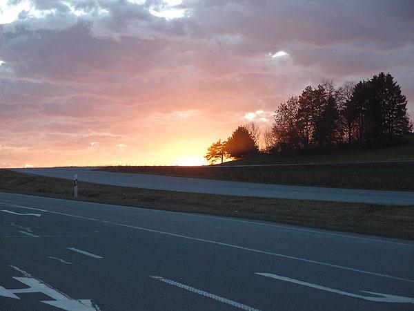 sonnenuntergang mit bunten wolken im novemberlicht