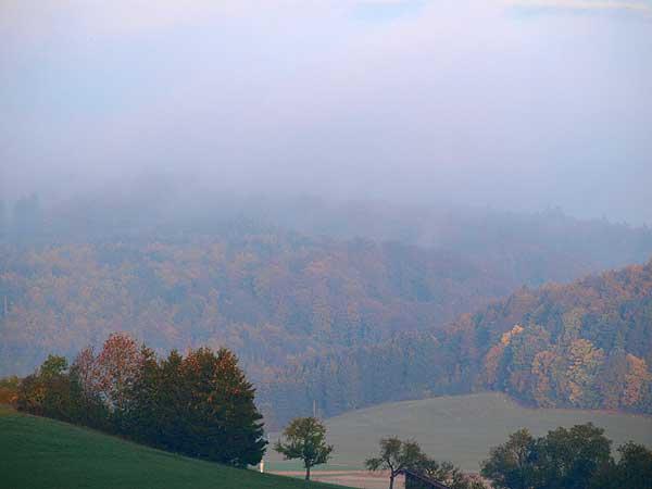 der nebel löst sich auf die sonne gewinnt an kraft in einem der täler bei st. johann