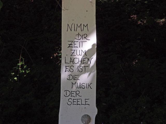 Spruchtafel am Wegesrand bei Melchingen auf der Schwäbischen Alb