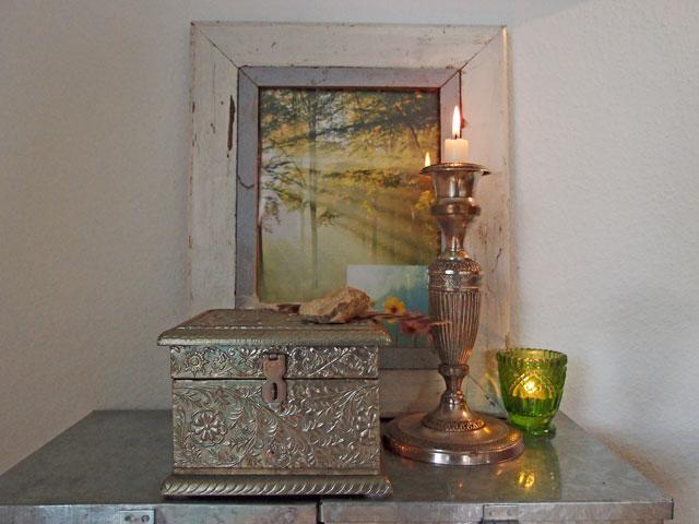 Stilllife mit fein ziselierter Metallschachtel, im Hintergrund Landschaftsbild und zwei Kerzenleuchter