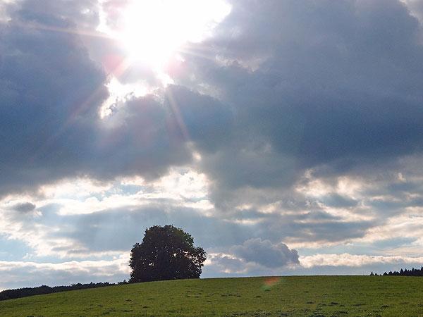 die wolken öffnen sich und die sonnenstrahlen blitzen hervor