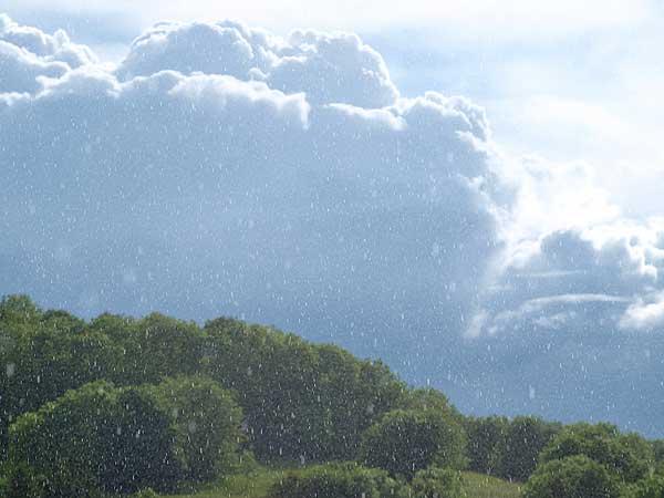 gewitterregen vor dunkelblauer gewitterwolke