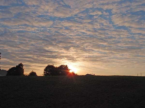 zauberhafter sonnenaufgang über sonnenbühl