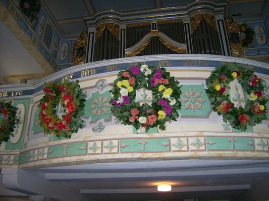 Ein Kranz, angebracht an der Empore - Orgel