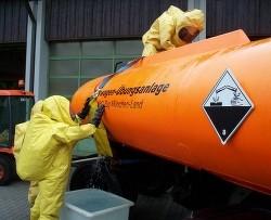 Einsatzkräfte des ABC-Zugs Mühldorf dichten einen Riss in der Münchner Tankwagen-Übungsanlage mit einem Druckluftkissen ab.