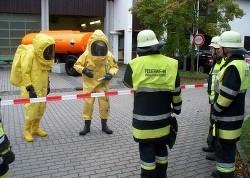 Die Leiter der ABC-Züge aus Mühldorf und München, Martin Berger und Sebastian Schöttner, besprechen mit den Einsatzkräften die nächsten Maßnahmen.