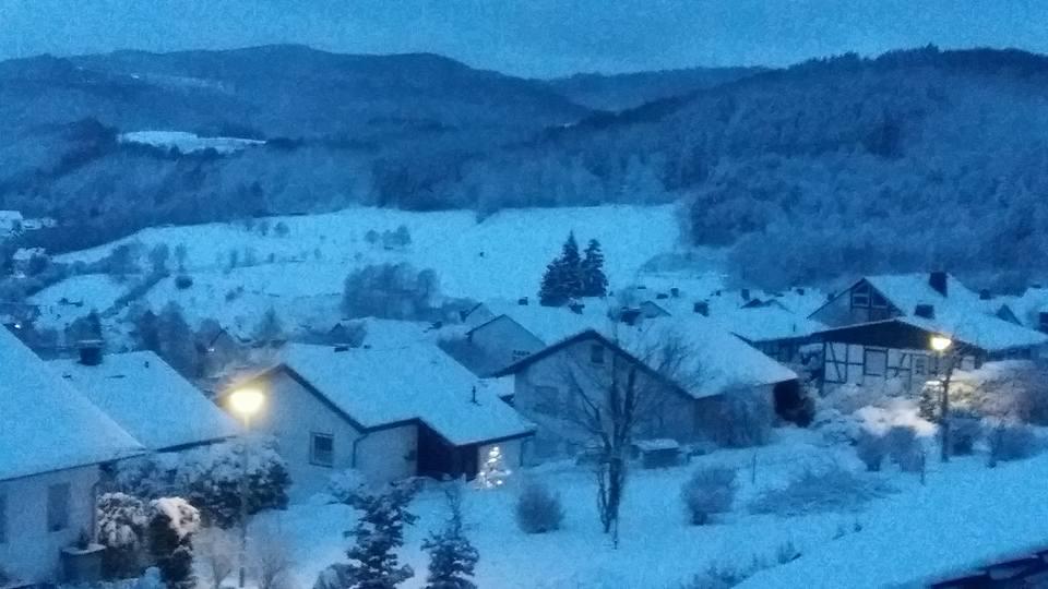 Morgens, wenn die kleine verträumte Siedlung oberhalb des Dorfes noch schläft ...