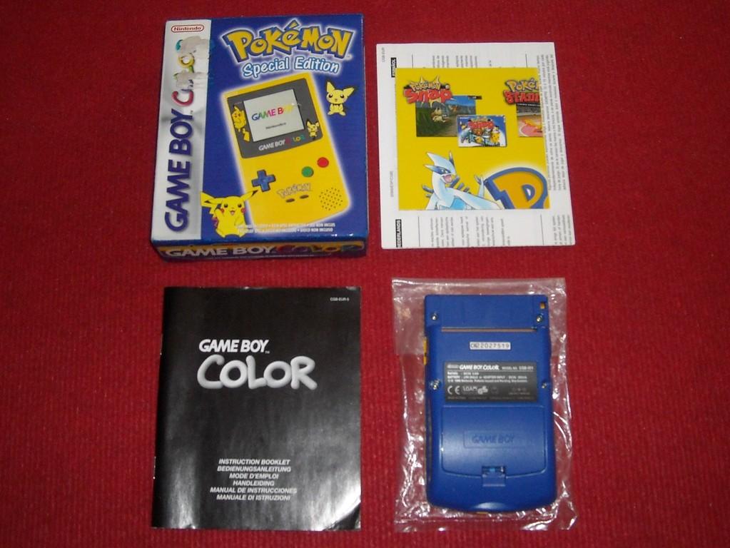 Contenido de la caja de la Game Boy Color (Pokémon Special Edition)