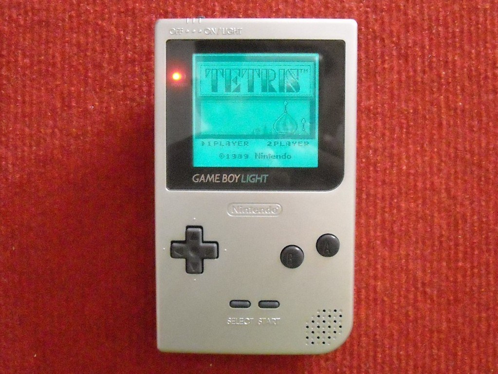 Mi Nintendo Game Boy Light (con la luz encendida)