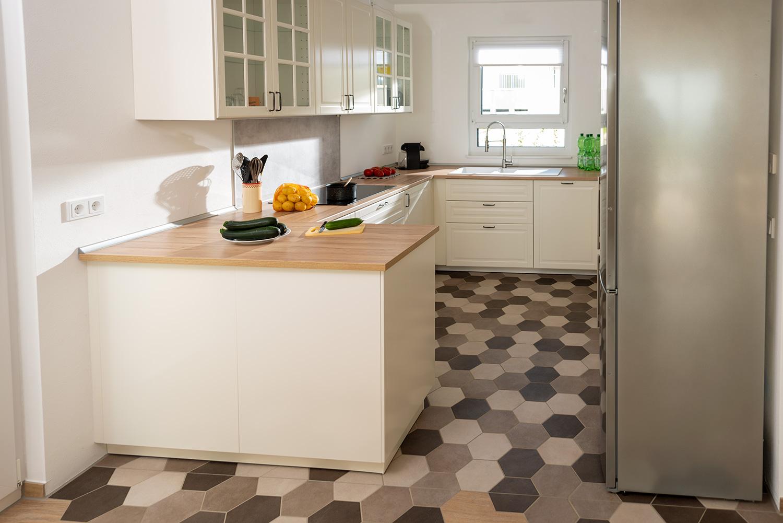 küchenboden mit sechseckfliesen  hexagonal und charmant