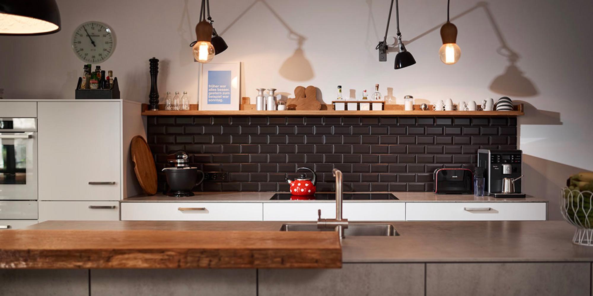 Metrofliesen schwarz in Loftküche