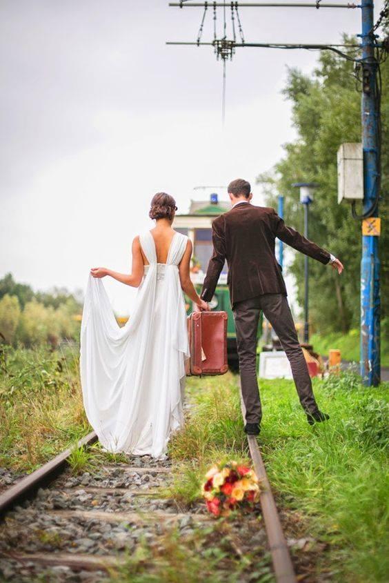 Des jeunes mariés qui s'en vont vers de nouvelles aventures en tramway !!