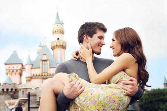 Couple amoureux partit s'amusé Dans un parc d'attractions
