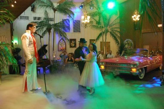 Un Elvis Presley unissant un couple