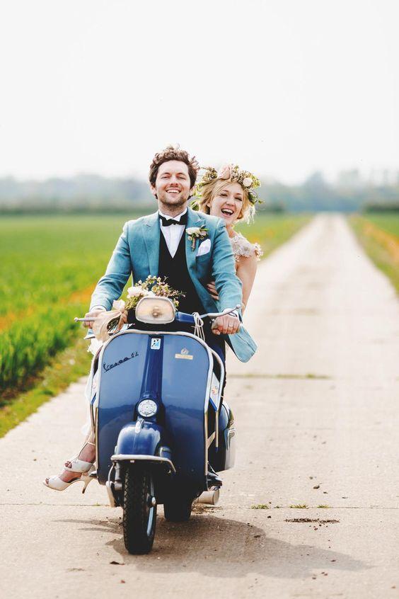 Des mariés heureux en scooter