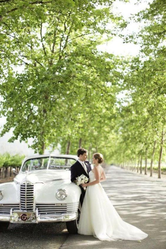 Deux amoureux qui prennent la pose à côté de leur véhicule