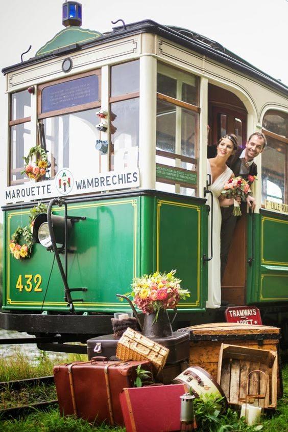 Un jeune couple qui arrive en tramway pour leur cérémonie !!