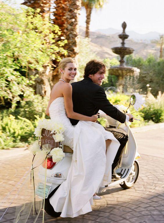 Une arrivée magnifique en scooter