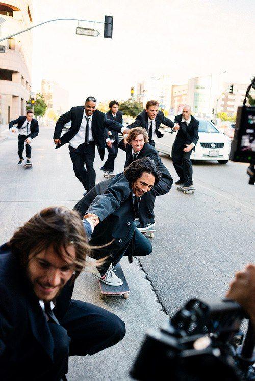 Le marié avec ses amis en skate-board !!