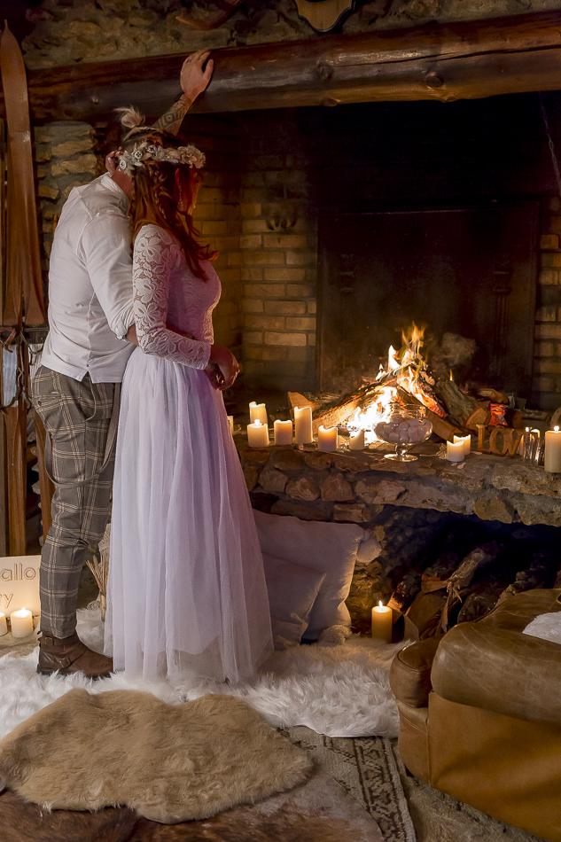Un moment d'intimité et de calme pour les mariés au coin du feu avant la cérémonie