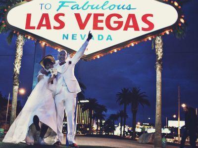 Un couple marié devant la célèbre pancarte de Las Vegas