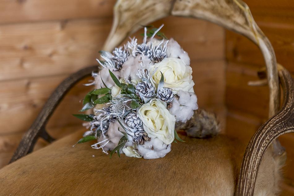 Bouquet de mariée hivernal avec fourrure réalisé par l'Atelier Fleuriste